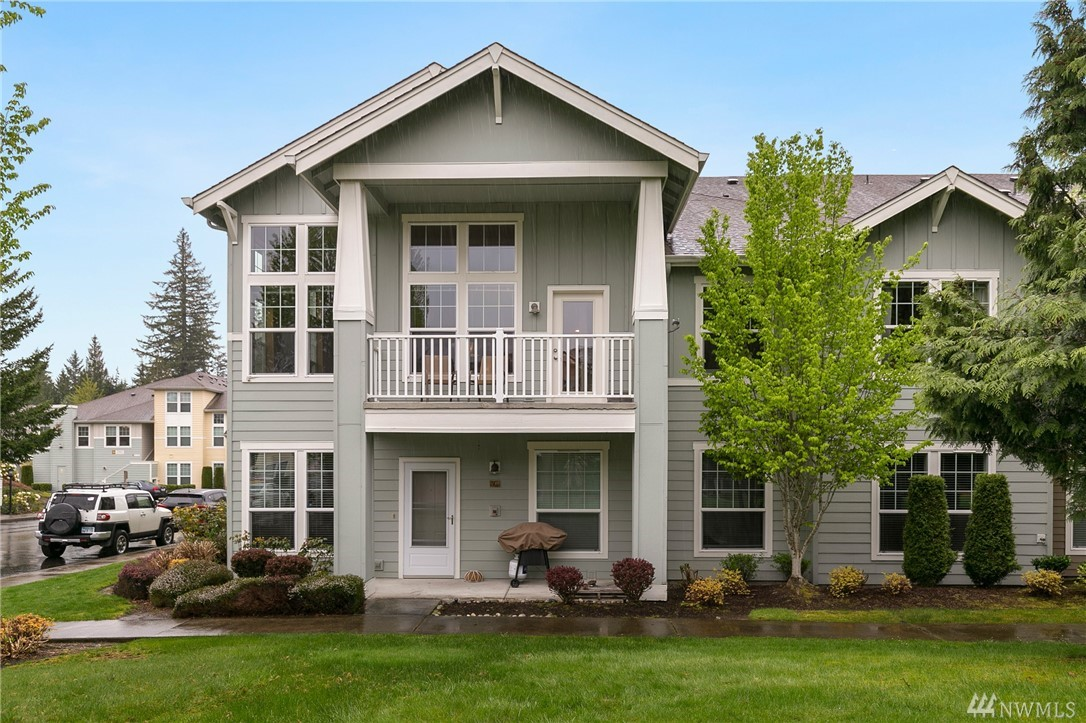 Delight in this well maintained, top floor, end unit 3Bed 3Bath, 1,667 sq. ft. townhouse in Redmond Ridge. A flood of natural light w/lots of windows & high ceilings in Great Rm. If there is a bit of sunlight 14 windows will find it! Kitchen features quartz counters, s/s appliances & eating bar. Oversized garage offers storage rm. New water heater. Walk to coffee shop, restaurants, parks & trails. Lake WA schools. Microsoft connector bus stops in community. $16K in SA for new roof pd. in full.