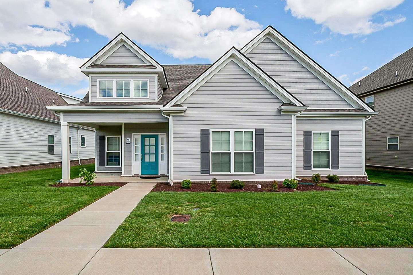 Built in 2019, this Murfreesboro two-story cul-de-sac home offers a patio, granite countertops, and a two-car garage.