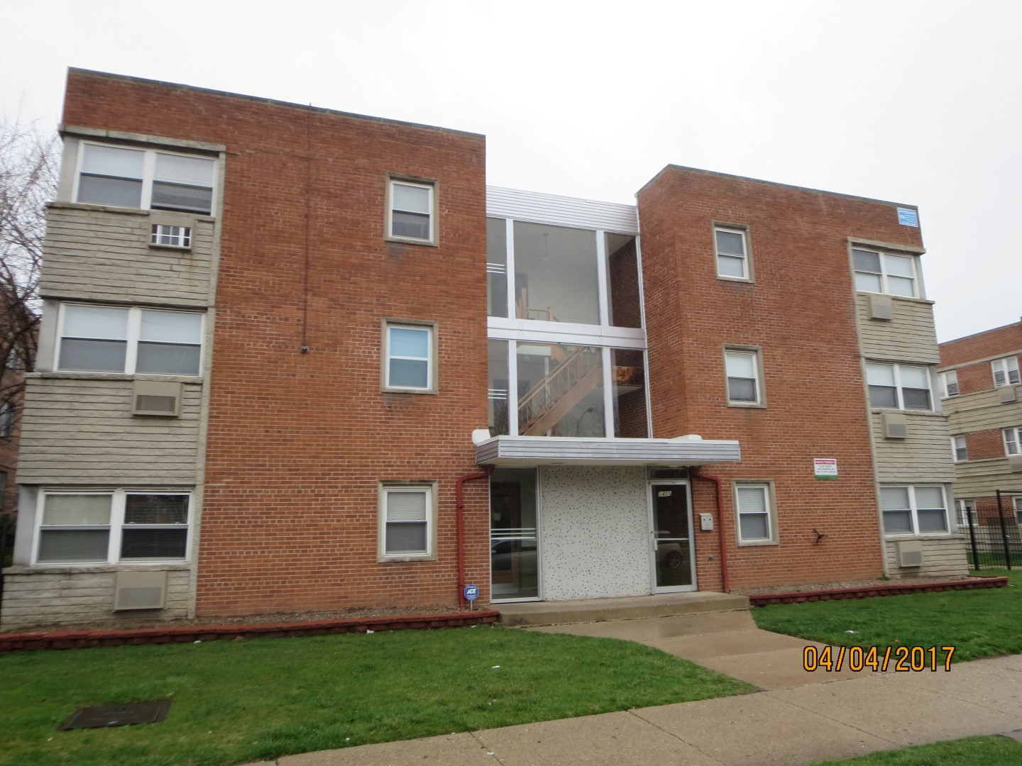 2ND FLOOR END UNIT FEATURING 1 BEDROOM & 1 BATHROOM, PLUS AND AN EAT-IN KITCHEN. 1 YEAR LEASE PLEASE, PARKING IS AN ADDITIONAL $25. GREAT LOCATION, PROFESSIONAL MANAGEMENT.  MOVE IN FEE AND FIRST MONTHS RENT.  GOOD CREDIT AND JOB HISTORY, NO SMOKING IN THE UNIT. READY FOR MOVE IN. PLEASE EMAIL APPLICATION TO AGENT