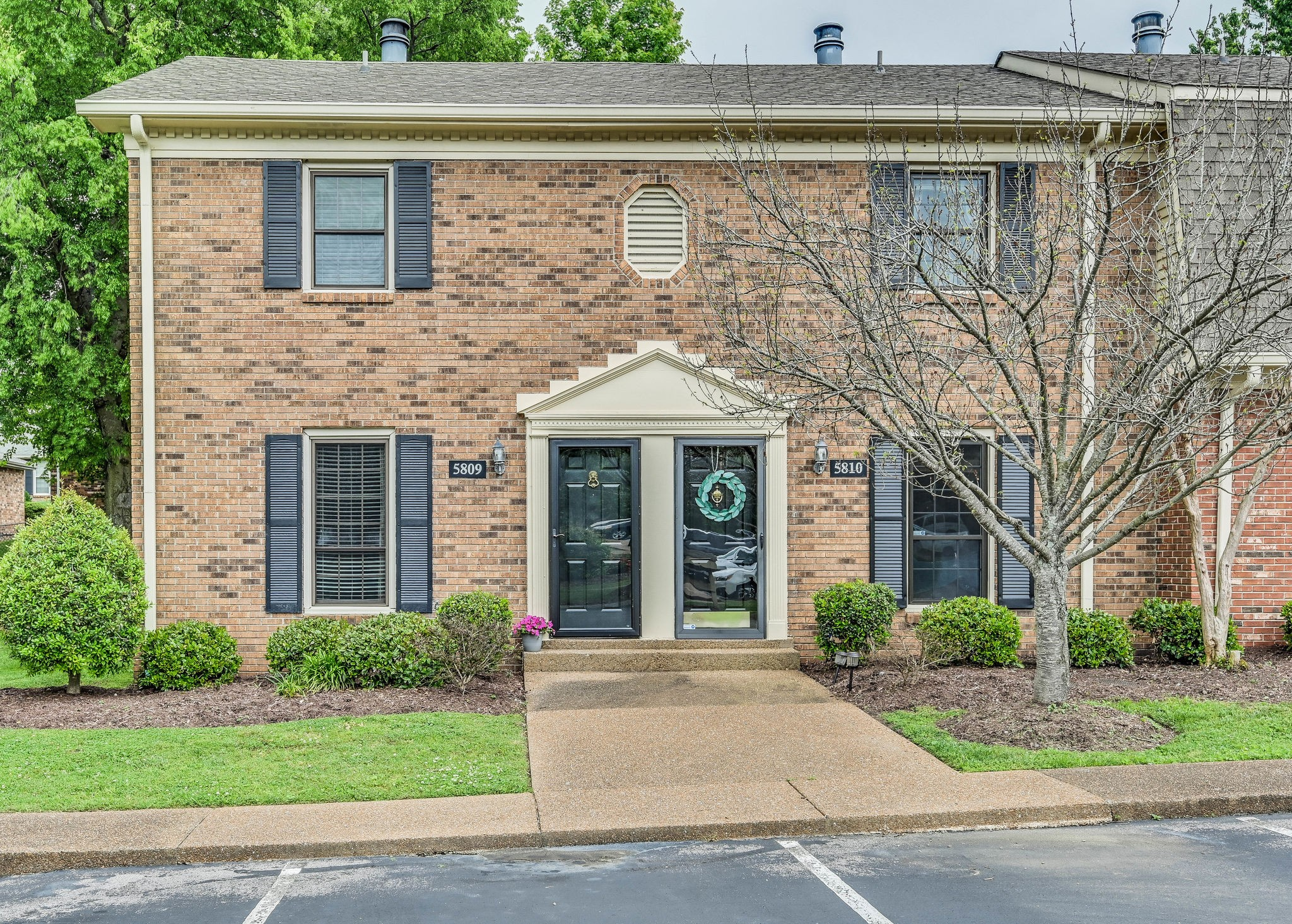 Beautiful Brentwood Trace townhouse...Cool, updated kitchen...Lots of fresh paint on the interior...Backs into residential area...Impeccable and ready for new owner!