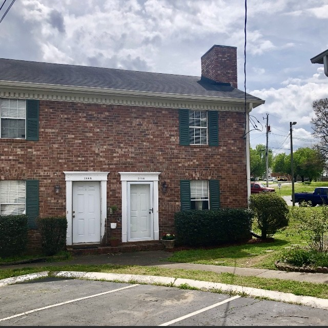 Well maintained condo in the Heart of Hendersonville. New wood finish flooring in lower level and upstairs bath-18 mos. New kitchen appliances-18 mos. Inside portion of split HVAC system replaced in 2013.  Property is move in ready. Rented but tenant is moving 5/22. Due to NO showings on Sundays & limited weekday hours of  M-F 12:00-6:00 pm, seller will be taking offers up till 7:00 pm Thursday 4/15/2021. Showings begin Saturday morning 4/10/2021 Not on FHA approved list.