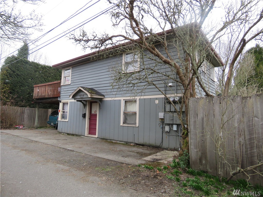 Lots of potential can be found in this lovely duplex home in the Edison district of Centralia. It features 2 bedrooms, 2 bathrooms, wood floors, and all appliances included! Conveniently located near downtown Centralia with easy access to shopping areas and restaurants. Whether you decide to customize this home for yourself or rent it out, this property is a great option!