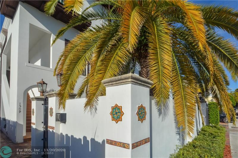 Tri Level townhouse off Las Olas Blvd.  Master bedroom suite on the top level, living, dining & kitchen on the second level and second master suite and third bed and bath on the ground level.  Marble flooring, high ceilings, central vacuum.