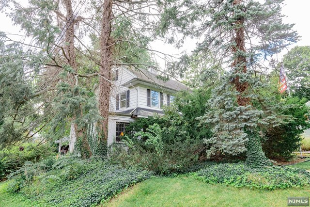 """HOUSE BEING SOLD IN """"AS IS"""" CONDITION COME WITH YOUR CONTRACTORS,BUILDERS AND IDEAS AND TURN THIS INTO YOUR DREAM HOME! IDEAL LOCATION! CLOSE TO GLEN ROCK PREMIER SCHOOLS, TOWN, SHOPPING AND NYC TRANSPORTATION DON'T MISS THIS OPPORTUNITY!"""