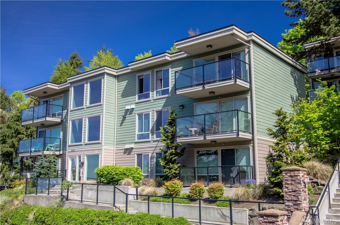 Premium 2 bed/1.5 bath Mercer Island LAKE VIEW condo at Ridgewood.Beautiful upgrades throughout this modern home incl. a lg open kitchen w/granite counters, breakfast bar, quality cabinetry, stainless appls & smart thermostats. This sunny, West-facing corner unit features lg view DECK & a fenced PATIO plus no shared walls for added privacy.Amenities incl. community rm w/kitchen,sauna, outdoor POOL & BBQ area. Secure bldg, 2 PARKING SPOTS,extra storage next to unit, PET friendly.NO RENTAL CAP.