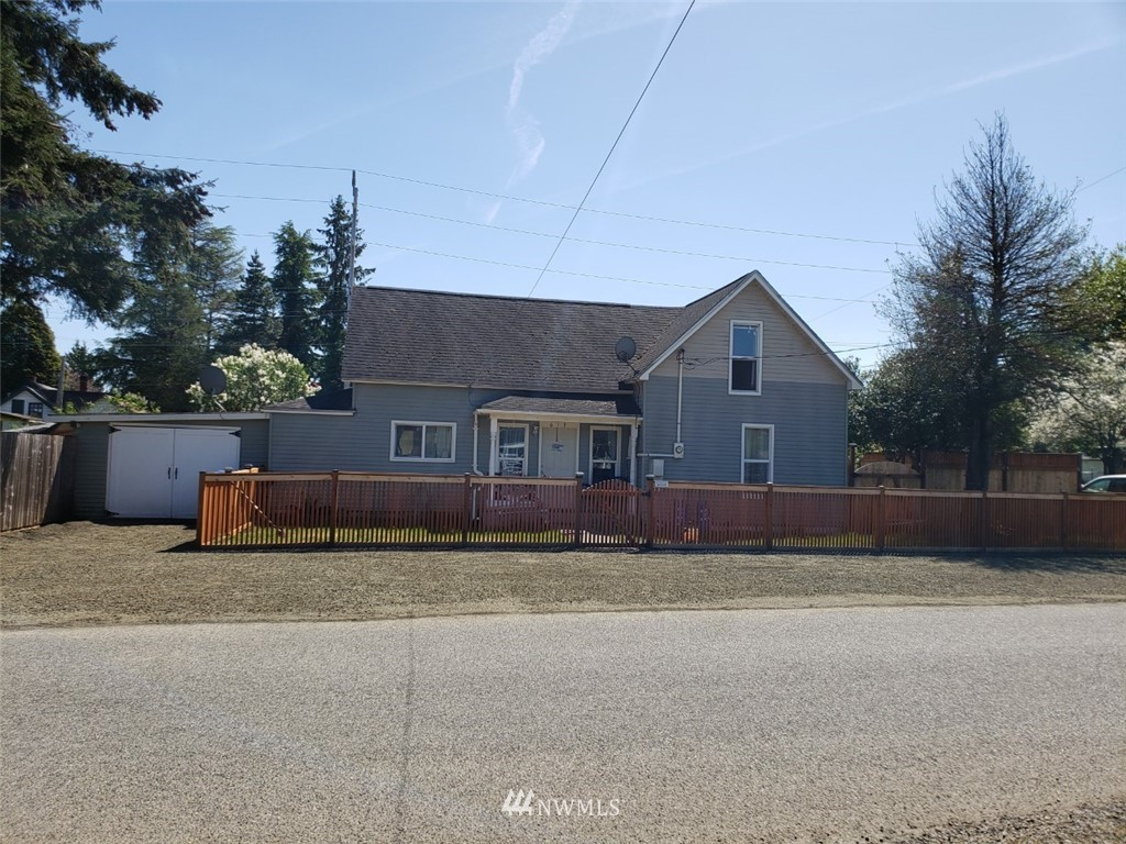 Rare find in Elma! Corner lot,  3 bedrooms, 2 bathrooms, FULLY fenced (including six feet underground!), No one is digging out  of this yard!  Very upgraded bathrooms, Good sized bedrooms, nice kitchen,  30 minute commute to Olympia, small town living within easy drive to work! .