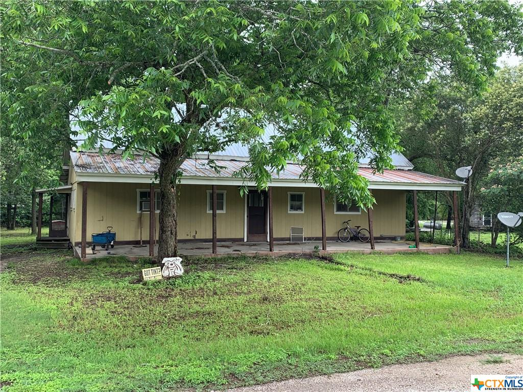 Investment Opportunity... ready for remodeling, great rental potential! This home is a 3 bedroom, 1 bath, kitchen/dining combo, and extra large living area. Large back yard with shade trees. The home is located within walking distance to downtown Flatonia and very quick access to I-10.