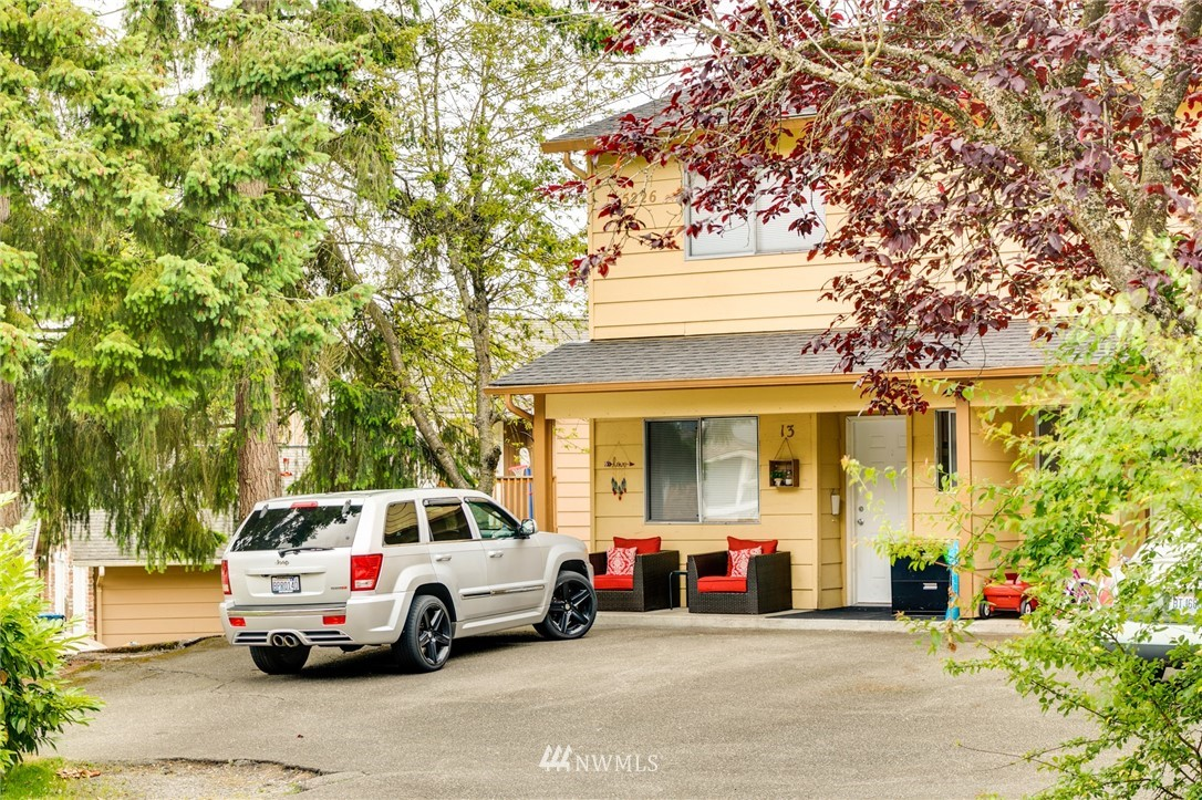 Well maintain 7 buildings Townhouse complex. Each unit with 1420SF and 2.5 bathrooms and huge back yard.  Safety community and easy access to I-5 and I-405. Drive 5-10 minutes to commercial area. No sale signs and  all occupied and nor bother the tenants.