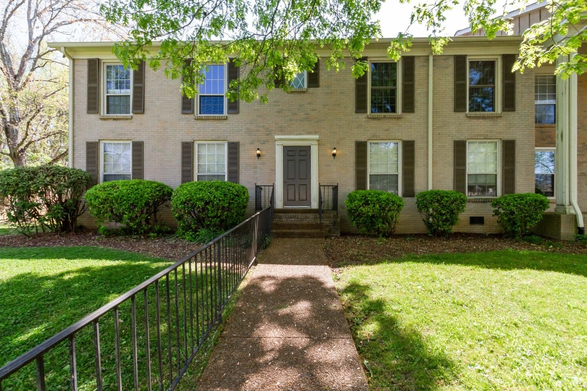 1 bedroom end unit 1 bath condo, 5 min to Historic Franklin and less than 5 min to I-65. Features include: parking, community pool and tennis. HOA fee includes water, sewer, landscaping and trash service.