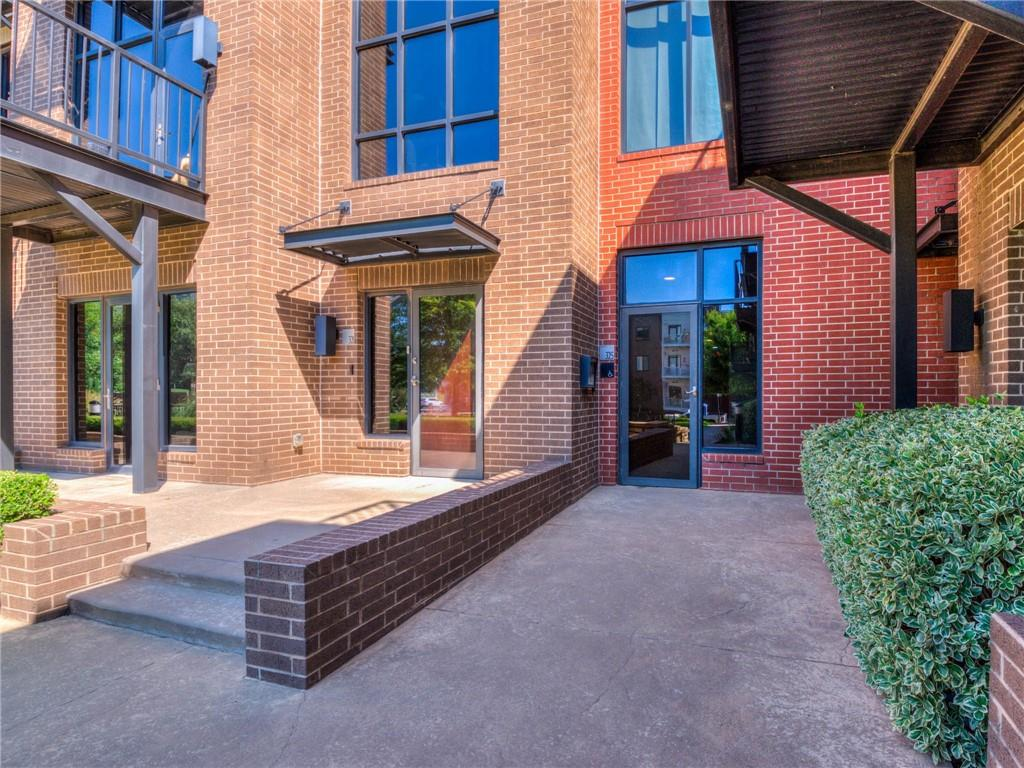 Want to LIVE the Downtown DREAM? OPPORTUNITY AWAITS! Peace & Privacy in the HEART of OKC w/Gated Entry, 2 cargarage, PLUS additional parking for guests. LUXURY brownstone on 3rd Story w/PRIVATE elevator entry. One-level Living w/STRIKING 180 views of Oklahoma City skyline. Entertain guests on EXPANSIVE Patio Terrace. Oversized living & dining OPEN to chef's kitchen complete w/ss appliances, gas range, granite counters, breakfast bar, 2 sinks, & cabinets w/pantry built-ins. Master suite w/reading nook & private patio overlooking spacious common area & Devon Tower. HIGH STYLE Guest suite w/private bath & patio door leading to MAIN patio terrace. CAPTIVATING Floor to ceiling windows for natural light. Block 42 features Secured entry gate, numerous outdoor areas for entertaining, & interior common space for events or gathering friends. 2 car garage on lower level (HARD to FIND in Downtown). Walk or bike to 70-acre Scissortail Park, Chesapeake Center, & Nightlife! Artful LIVING in OKC!
