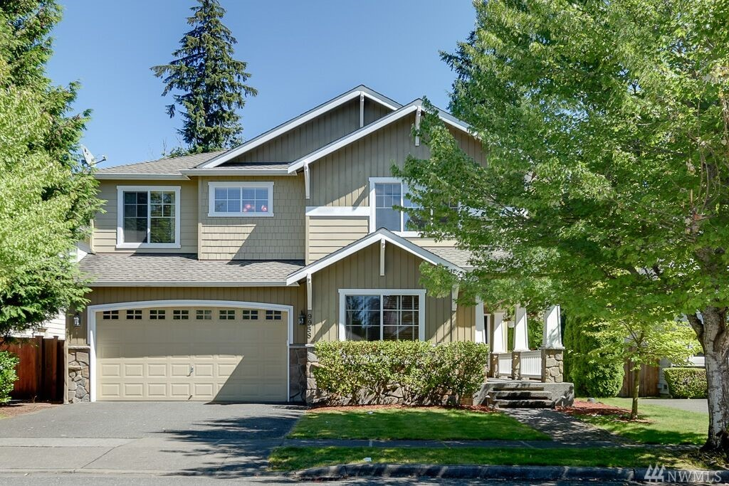 Exceptional 5 bedrm Murray Franklyn resale in sought after Redmond Ridge.Offers dramatic 2-story high living rm. AC, spklr & designer paint & guest bed on main.Gleaming hardwd flrs on entire main.Open kitchen w/stainless appls. Lg Rec/Media rm w/closet. Spacious Master retreat overlooking at lush greens.Incredible outdoor living w/ covered patio & fully-fenced yard with total privacy.3 car garage. Walk to acclaimed Rosa Parks Elem & brand new Timberline Mid school.Opportunity knocks, don't wait!