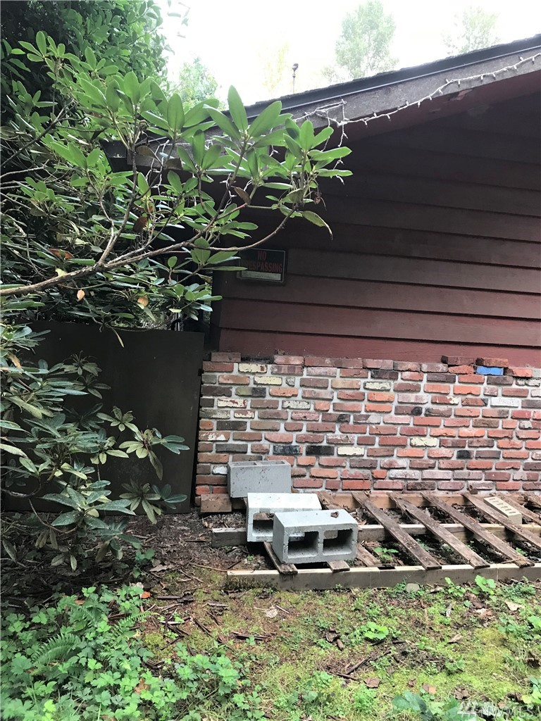 Bring your tool bag and your ideas! Structurally sound fixer upper with new roof on large 3/4 acre property close to Redmond city center. Endless possibilities!