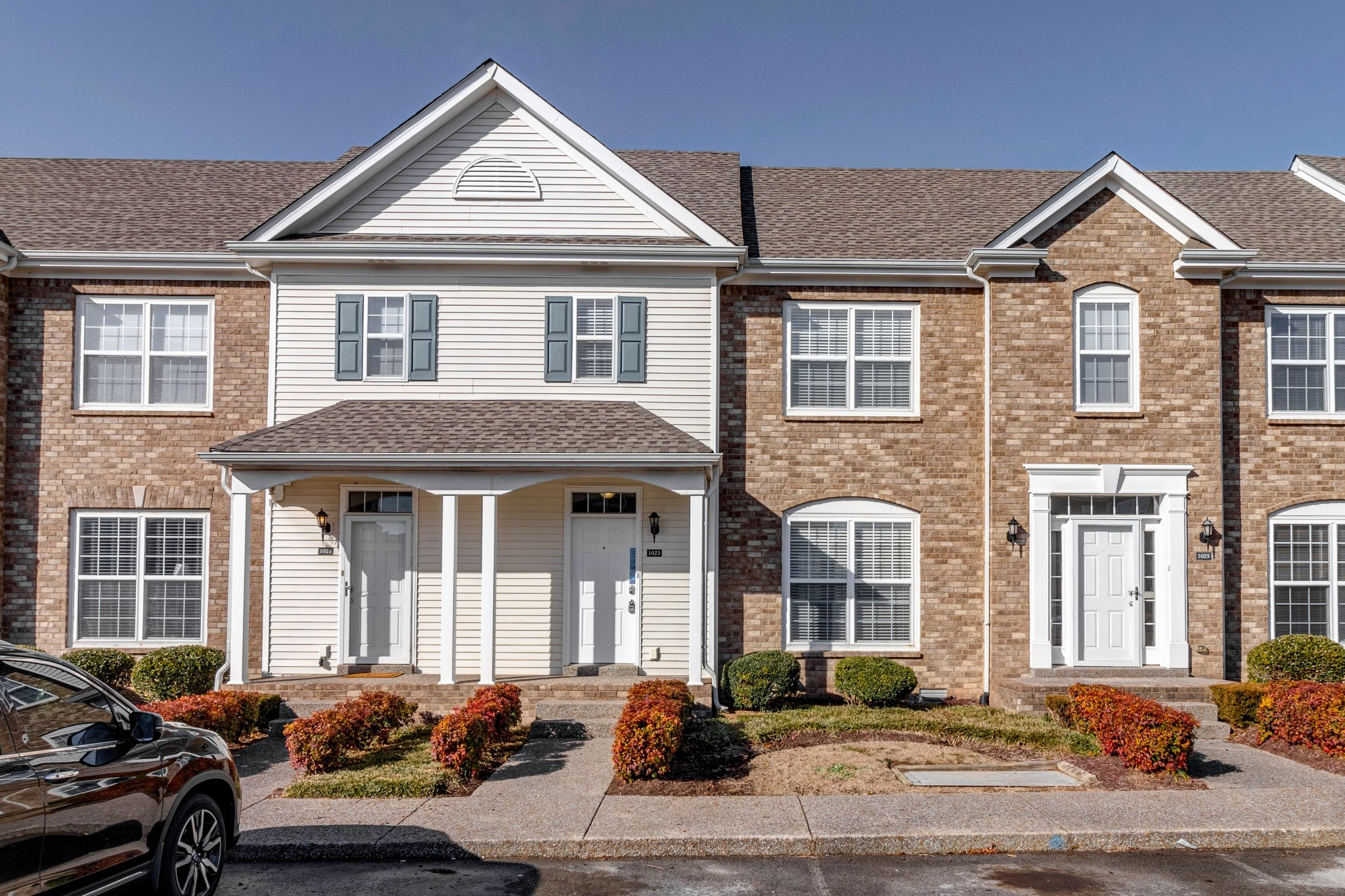 Charming 2 bedroom, 2.5 bathroom townhome! Home features large bedrooms with their own bathroom, vaulted ceilings, walk-in closets, and hardwood floors!