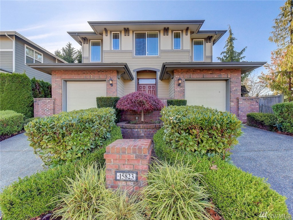 Stunning Burnstead home on corner lot in coveted Kensington. Unique floor plan w/ natural light, great rm concept w/ mill-work details in natural-tones, gleaming HW flrs. Spacious kit, w/large granite island, seating for 4, + alcove eating area. Lovely entry, formal din rm. Large loft w/ lots of natural light, mstr bdrm w/ spacious 5-piece mstr bth, walk-in closet. Bryant AC & furnace with airflow installed 7/2016. Easy commute to Microsoft. Award-Winning Rockwell Elementary & LK WA schools.