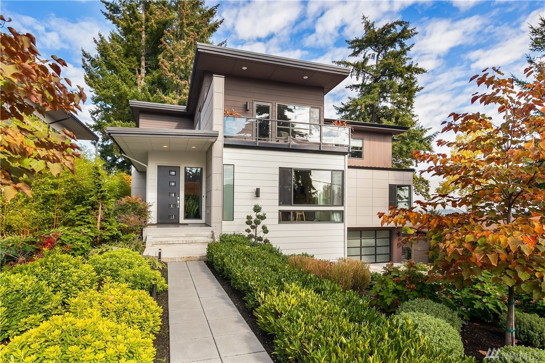 Sleek finishes & meticulous construction from JayMarc's Modern Collection. Urban lifestyle w/ open spaces & views of Lk WA. Open concept main w/ La Cantina accordion doors unfolding to entertaining terraces. Chef's kitchen w/ Wolf & SubZero appl, Hansgrohe plumbing & quartz counters. Upper lvl master w/ ensuite & walk-in closet + 4 addt'l beds. Daylight lower w/ workspace & sauna. $350k in upgrades, smart home features, lush grounds, 3-car garage, top-rated schools & an easy commute.