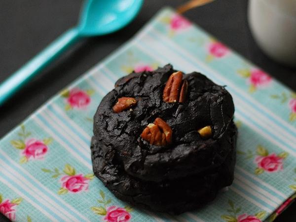 Cookies au chocolat noir, noix de pécan et avocat