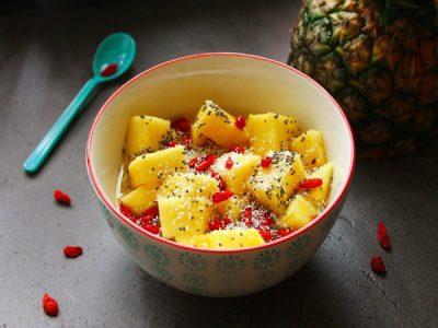 Salade d'ananas aux baies de goji et graines de chia