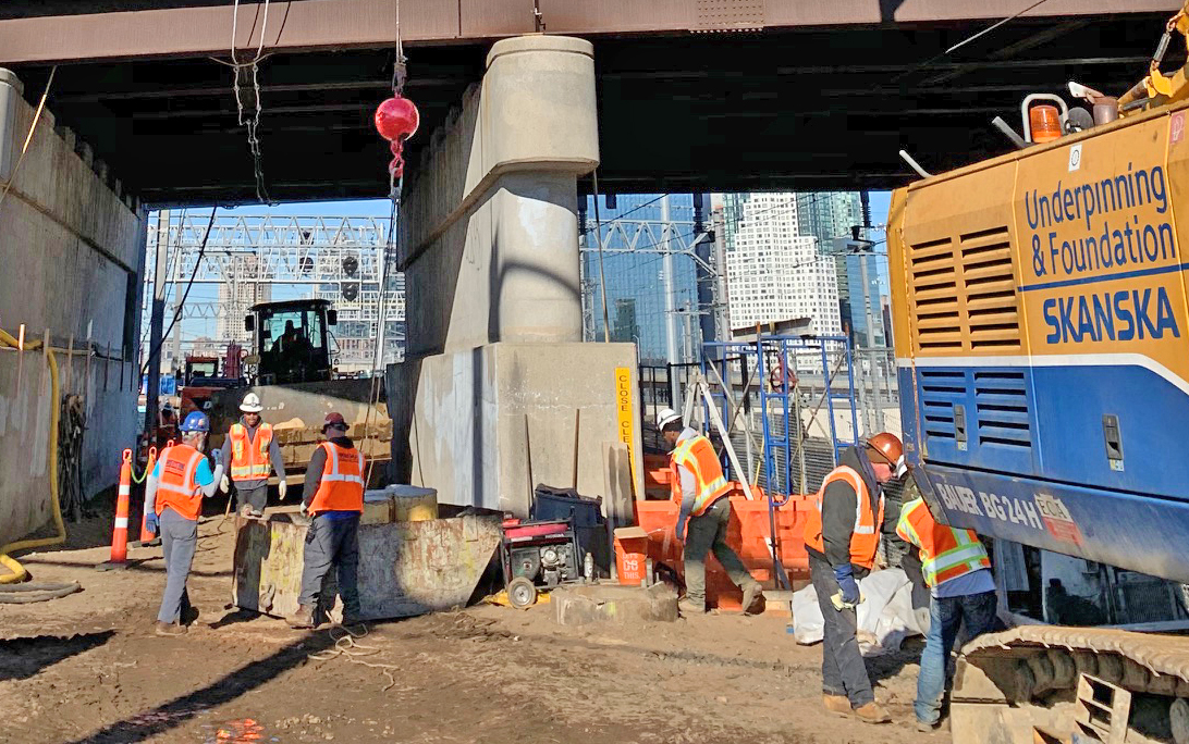 Lowering materials for construction of a tunnel approach structure using a Linkbelt crane on the 39th St 04-19-19