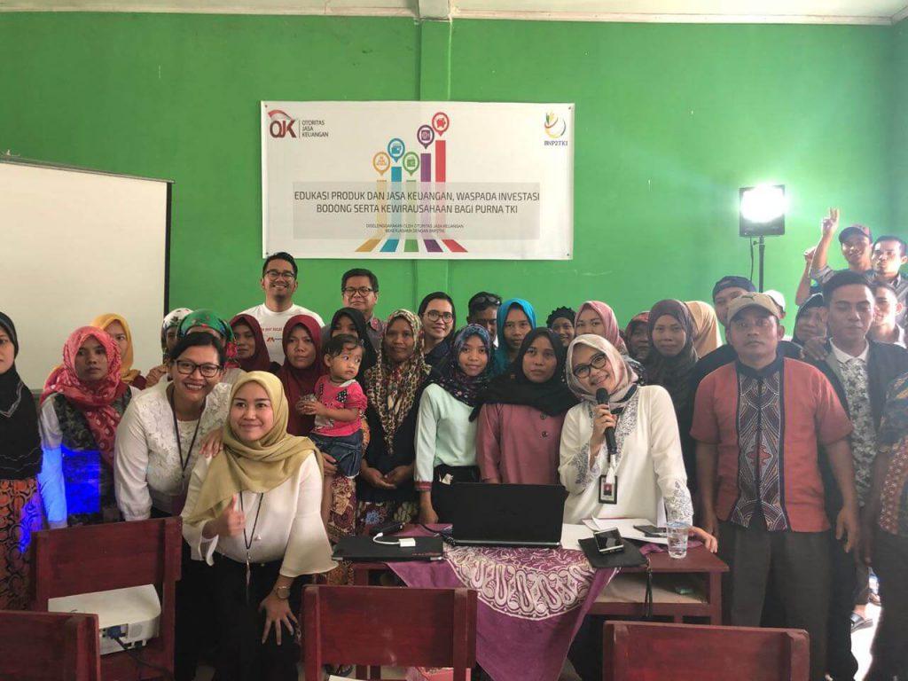 Foto bersama peserta dan panitia seusai kegiatan OJK Mengaja