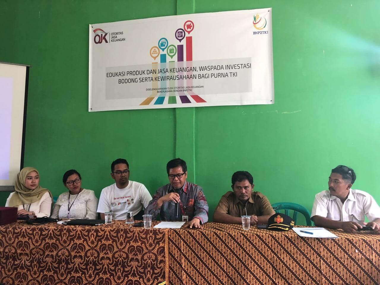 Prima Teguh Prasojo (Ketiga Dari Kiri) Dari Momaju Bersama Dengan Perwakilan Dari OJK dan BNP2TKI Pada Kegiatan OJK Mengajar