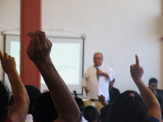 Angel Ibarra speaking at the meeting in Ilobasco, Cabanas. Photo by: Photo by: Robin Oisín Llewellyn.