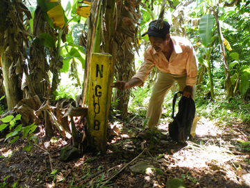 M-10 President Italo Jimenez by the boundary of the annex area of the Ngabe-Bugle Comarca which will be drowned by the dam. Photo courtesy of Robin Oisín Llewellyn.