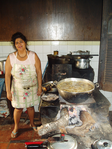 Cocinera del Pantanal preparando platos que contienen jabalí. Esta foto es cortesía de Arnaud Desbiez.