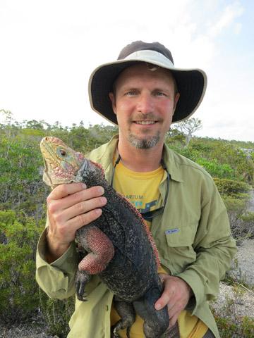 Chuck Knapp with iguana. Photo by: ©Shedd Aquarium/Chuck Knapp.