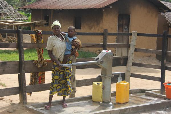 Nouveau puits à Epulu. Photo gracieusement autorisée par le Projet de Conservation de l'Okapi.