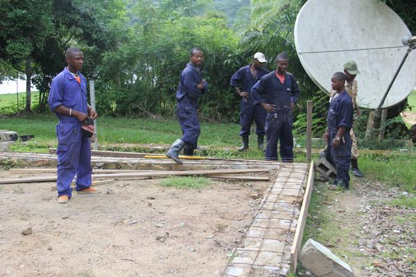 Travaux de réparation des bureaux de l'ICCN. Photo gracieusement autorisée par le Projet de Conservation de l'Okapi.