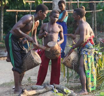 Habitants locaux jouant du tambour à Epulu. Photo gracieusement autorisée par le Projet de Conservation de l'Okapi.