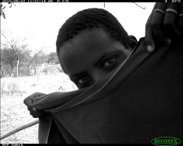 Un niño Barabaig curioso examina una de las cámaras trampa del PCR. Photo by: Ruaha Carnivore Project.
