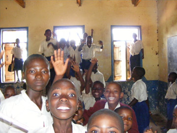 """Para ayudar a los lugareños a ver los beneficios de la presencia carnívora, el PCR """"hermana"""" colegios locales con colegios en los Estados Unidos y el Reino Unido. Los colegios de los EEUU y el RU recaudan dinero para materiales muy necesitados en los colegios de Ruaha. Photo by: Ruaha Carnivore Project."""