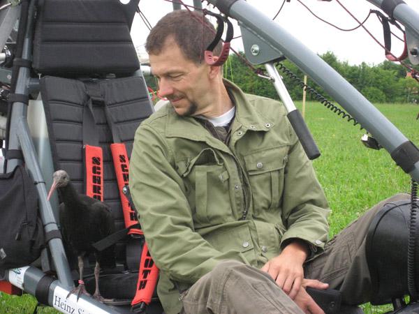 Johannes Fritz con un Ibis eremita. Foto: Waldrappteam.