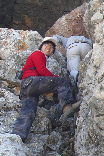 Li Juan climbing to snow leopard camera trap site. Photo by: Shan Shui (Li Juan).