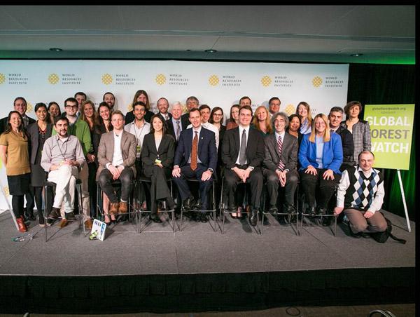 L'équipe de Global Forest Watch et ses partenaires lors de son lancement. Crédit photo : Nigel Sizer .