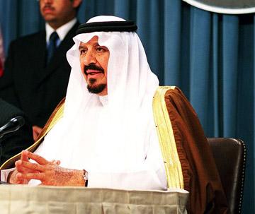 El príncipe Fahd bin Sultan bin Abdulaziz Al Saud de Arabia Saudí cuya partida de caza mató 2.100 avutardas Hubara en Pakistán. Foto del Departamento de Defensa de Estados Unidos.