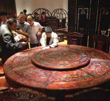 紅木桌子。 EIA 提供照片.