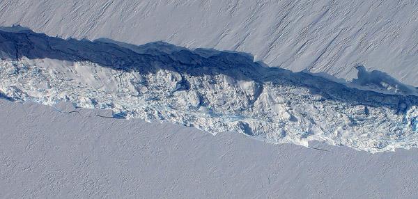 Se descubrió una gran grieta en el glaciar Pine Island en la Antártida Occidental y los científicos ahora sostienen que sufrirá una desintegración irreversible. La grieta, descubierta en un sobrevuelo en 2011, con el tiempo, podría desprender un gran iceberg. Fotografía de: NASA.