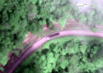 Gran camión captado por un satélite de alta resolución en una carretera del proyecto petrolífero en Yasuní. Imagen cortesía de Matt Finer.