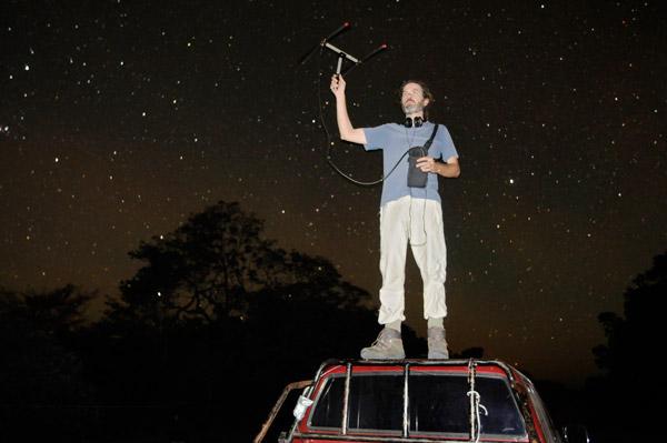 Desbiez bajo los cielos despejados en la noche del Pantanal, intentando localizar armadillos gigantes mediante telemetría por radio. Foto de: Kevin Schafer.