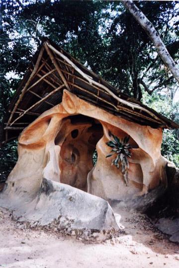 Un santuario en la Gruta Sagrada de Osun-Osogbo en Nigeria. Foto por: Alex Mazzeto.