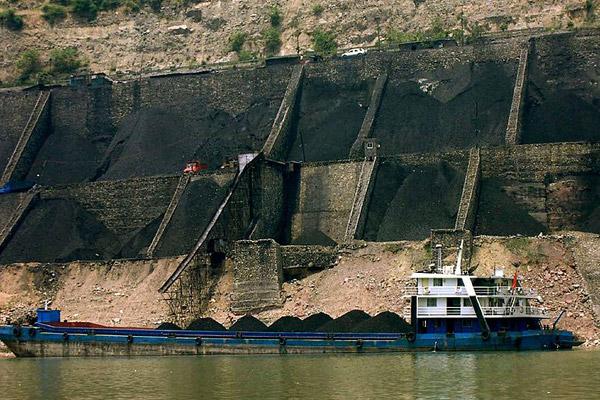 中国煤斗与驳船。中国是全球煤炭使用量最多的国家,煤炭也是碳排放量最高的资源之一。图 Rob Loftis.