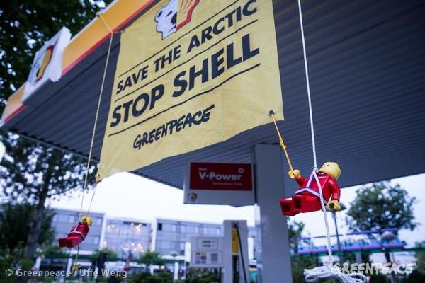 Lego people protest Shell thanks to Greenpeace. Photo by: Greenpeace.