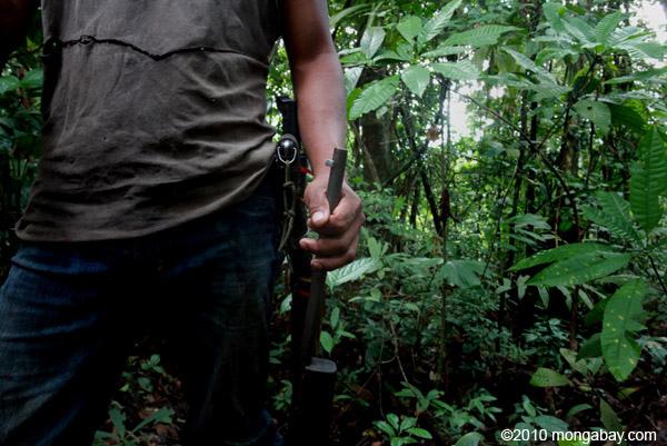 Un cacciatore in Colombia. La caccia eccessiva sta diventando sempre di più una preoccupazione anche in Amazzonia. Foto di: Rhett A. Butler.