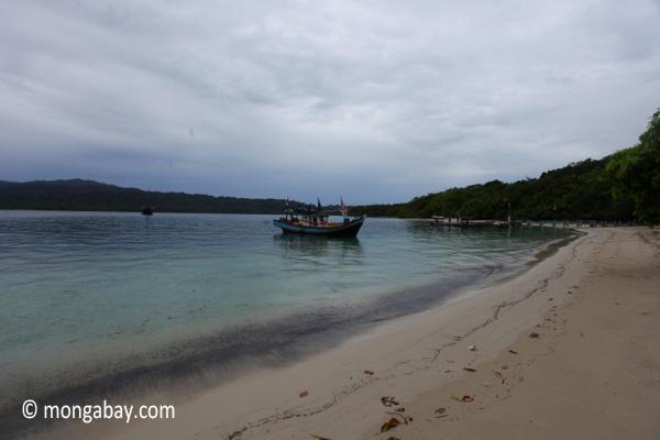 Boat near a beach on Peucang Island [java_0165]