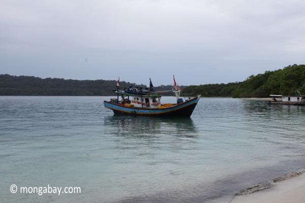 Boat near a beach on Peucang Island [java_0167]