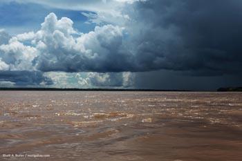 Der Amazonasfluss zwischen Kolumbien und Peru.