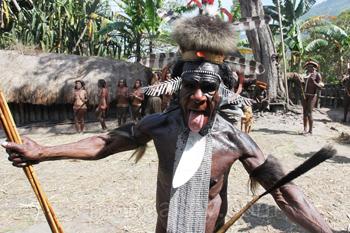 Dani-Stammesältester in traditioneller Tracht