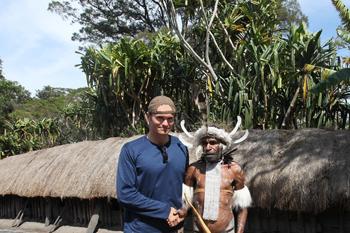 Rhett Butler con  'Alex' de la tribu Dani